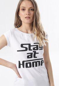 Born2be - Biały T-shirt Noelori. Kolor: biały. Materiał: dzianina. Długość rękawa: krótki rękaw. Długość: krótkie. Wzór: napisy, nadruk. Styl: klasyczny