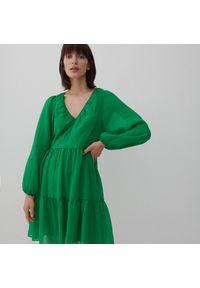 Reserved - Sukienka ze strukturalnej tkaniny - Zielony. Kolor: zielony. Materiał: tkanina