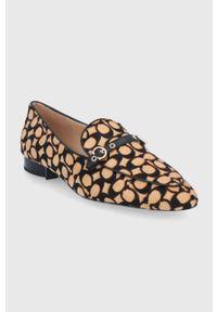 Coach - Mokasyny zamszowe Isabel. Nosek buta: okrągły. Kolor: beżowy. Materiał: zamsz. Obcas: na obcasie. Wysokość obcasa: niski