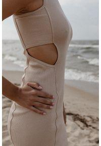Marsala - Sukienka z prążkowanego materiału z wycięciami BEIGE- SEVILLA BY MARSALA. Okazja: na imprezę, na co dzień. Materiał: prążkowany, materiał. Długość rękawa: na ramiączkach. Wzór: geometria. Typ sukienki: sportowe. Styl: młodzieżowy, sportowy, casual