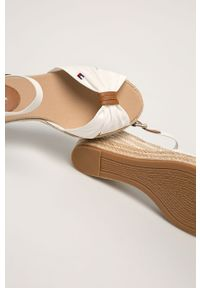 Białe sandały TOMMY HILFIGER na średnim obcasie, na koturnie, na klamry