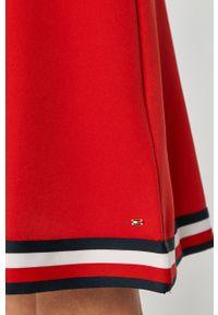 TOMMY HILFIGER - Tommy Hilfiger - Sukienka. Kolor: czerwony. Długość rękawa: krótki rękaw. Wzór: aplikacja. Typ sukienki: rozkloszowane