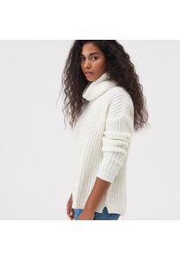 Kremowy sweter Sinsay długi, z golfem