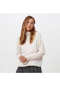 Kremowy sweter Cropp
