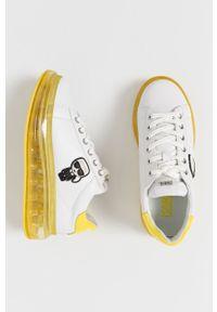Białe sneakersy Karl Lagerfeld z okrągłym noskiem, na obcasie, z cholewką, na sznurówki