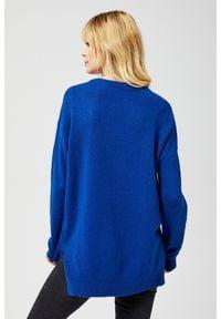 Niebieski sweter MOODO z dekoltem w serek, długi