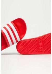 Czerwone klapki Adidas na średnim obcasie, na obcasie