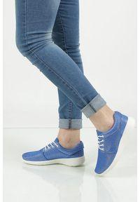 Niebieskie buty sportowe Casu w kolorowe wzory, z cholewką