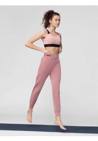Różowe spodnie sportowe 4f na fitness i siłownię