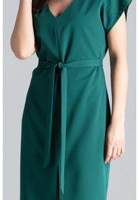 Lenitif - Elegancka sukienka z kimonowym rękawem i paskiem zielona. Okazja: do pracy, na co dzień. Kolor: zielony. Długość rękawa: krótki rękaw. Typ sukienki: proste. Styl: elegancki