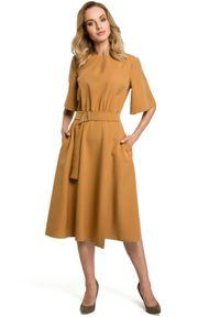 MOE - Rozkloszowana elegancka sukienka z paskiem w talii. Materiał: elastan, materiał. Typ sukienki: rozkloszowane. Styl: elegancki
