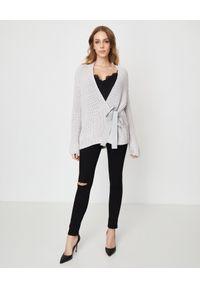 Szary sweter na spotkanie biznesowe, z kokardą, długi
