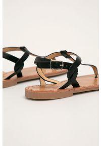 Czarne sandały Truffle Collection bez obcasa, na klamry