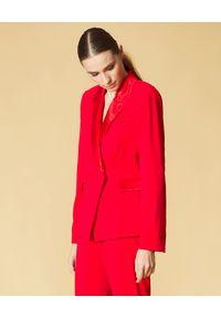 Manila Grace - MANILA GRACE - Czerwona marynarka z błyszczącymi klapami. Kolor: czerwony. Długość rękawa: długi rękaw. Długość: długie. Styl: klasyczny, elegancki #5