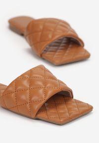 Renee - Camelowe Klapki Pestryptus. Nosek buta: otwarty. Sezon: lato. Obcas: na obcasie. Wysokość obcasa: niski