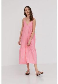 Różowa sukienka Answear Lab wakacyjna, prosta, na co dzień, midi