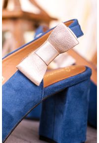 Maciejka - Niebieskie sandały maciejka skórzane na szerokim słupku z kokardką 04611-17/00-1. Kolor: niebieski. Materiał: skóra. Obcas: na słupku