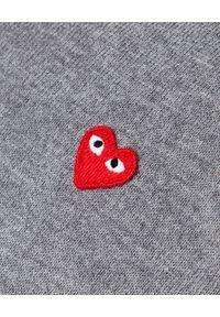 COMME DES GARCONS PLAY - Szary sweter z małym sercem. Typ kołnierza: dekolt w serek. Kolor: szary. Materiał: bawełna, jeans. Styl: elegancki #4