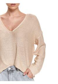 TOP SECRET - Sweter długi rękaw damski luźny, pudełkowy. Okazja: na co dzień, do pracy. Typ kołnierza: dekolt w serek. Kolor: beżowy. Materiał: dzianina. Długość rękawa: długi rękaw. Długość: długie. Sezon: wiosna. Styl: casual