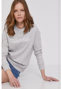 Calvin Klein - Bluza bawełniana. Okazja: na co dzień. Kolor: szary. Materiał: bawełna. Długość rękawa: długi rękaw. Długość: długie. Wzór: nadruk. Styl: casual