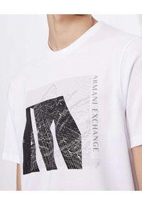 Armani Exchange - ARMANI EXCHANGE - Biały t-shirt z czarno-białym nadrukiem. Kolor: biały. Materiał: materiał. Wzór: nadruk