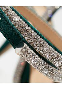 MACH&MACH - Zielone szpilki z kryształową kokardą. Zapięcie: pasek. Kolor: zielony. Materiał: satyna. Wzór: aplikacja. Obcas: na szpilce. Styl: elegancki. Wysokość obcasa: średni