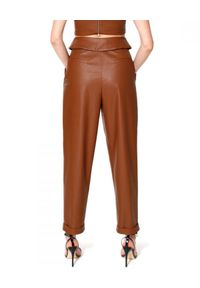 AGGI - Brązowe spodnie ze skóry wegańskiej. Stan: podwyższony. Kolor: brązowy. Materiał: skóra. Wzór: haft. Sezon: wiosna, lato. Styl: elegancki