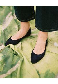 BALAGAN - Granatowe baleriny z zamszu Mishor. Okazja: na co dzień. Kolor: niebieski. Materiał: zamsz. Obcas: na płaskiej podeszwie. Styl: klasyczny, elegancki, casual