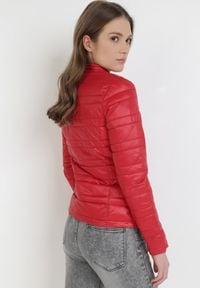 Born2be - Czerwona Kurtka Dwustronna Harphophe. Kolor: czerwony