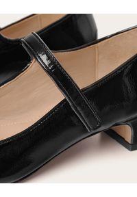 BALAGAN - Czarne lakierowane czółenka Dora. Zapięcie: pasek. Kolor: czarny. Materiał: lakier. Szerokość cholewki: normalna. Obcas: na obcasie. Styl: elegancki. Wysokość obcasa: średni