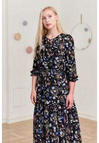 Marie Zélie - Sukienka Cecilia Aurantia czarna. Kolor: czarny. Materiał: materiał, skóra, wiskoza, bawełna, poliester, tkanina. Wzór: napisy, aplikacja