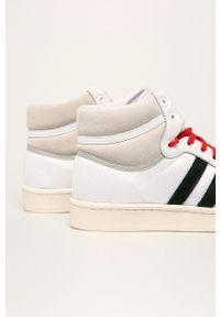 Białe sneakersy adidas Originals z okrągłym noskiem, z cholewką, na sznurówki