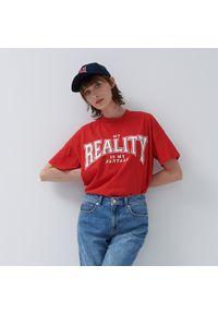 House - Krótka koszulka z napisem Reality - Czerwony. Kolor: czerwony. Długość: krótkie. Wzór: napisy
