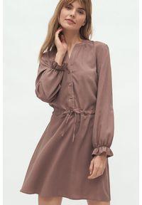 Nife - Wiskozowa koszulowa sukienka wiązana w talii w kolorze mocca. Okazja: do pracy. Materiał: wiskoza. Typ sukienki: koszulowe