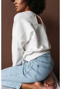Marsala - Bluza damska typu regular fit z tkaniny z recyklingu OCEAN PLASTIC z wycięciem na plecach ecru - BROOKLYN BY MARSALA. Materiał: tkanina. Wzór: gładki