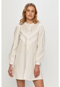 Jacqueline de Yong - Sukienka. Kolor: biały. Materiał: bawełna, tkanina. Wzór: gładki. Typ sukienki: rozkloszowane