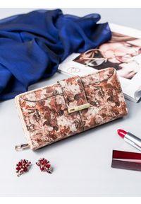 MILANO DESIGN - Portfel damski Milano Design brązowy print Y1208-FL. Kolor: brązowy. Materiał: skóra ekologiczna. Wzór: nadruk