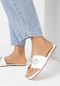Born2be - Białe Klapki Hysithise. Nosek buta: otwarty. Kolor: biały. Materiał: skóra ekologiczna. Wzór: gładki, aplikacja. Sezon: lato. Obcas: na obcasie