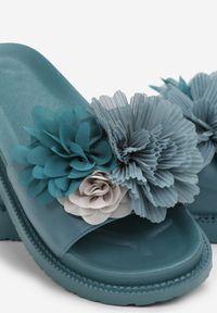 Renee - Niebieskie Klapki Acsite. Kolor: niebieski. Materiał: lakier, guma. Wzór: kwiaty, aplikacja. Styl: wakacyjny