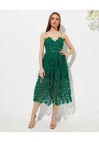 SELF PORTRAIT - Zielona sukienka midi Azaelea. Kolor: zielony. Materiał: koronka. Długość rękawa: na ramiączkach. Wzór: ażurowy, koronka, kwiaty, geometria. Typ sukienki: rozkloszowane, dopasowane. Długość: midi
