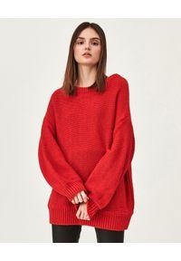 MMC STUDIO - Czerwony sweter z wełny Lora. Kolor: czerwony. Materiał: wełna. Długość rękawa: długi rękaw. Długość: długie
