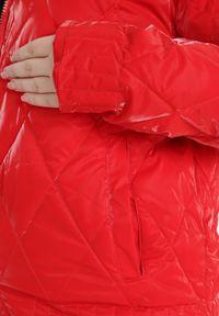 Born2be - Czerwona Kurtka Voloe. Typ kołnierza: kołnierzyk stójkowy. Kolor: czerwony. Materiał: tkanina, lakier. Długość rękawa: długi rękaw. Długość: długie. Wzór: aplikacja