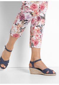 Niebieskie sandały bonprix na średnim obcasie, z paskami, na koturnie, z aplikacjami