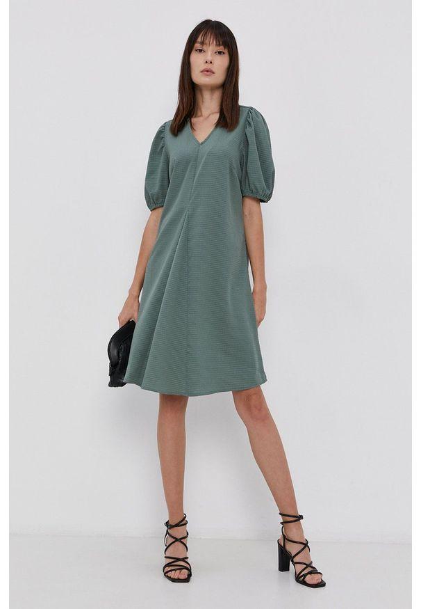 Pieces - Sukienka. Kolor: zielony. Materiał: tkanina. Wzór: gładki. Typ sukienki: rozkloszowane