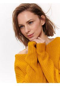 TOP SECRET - Sweter damski z dekoltem na plecach. Kolor: żółty. Materiał: dzianina. Długość: długie. Sezon: wiosna, lato. Styl: elegancki