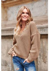 Brązowy sweter oversize Makadamia z dekoltem w serek, klasyczny