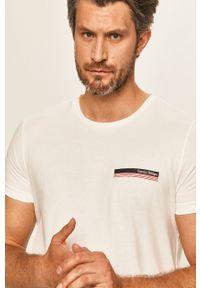 Biały t-shirt TOMMY HILFIGER casualowy, z okrągłym kołnierzem, z nadrukiem
