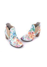 Zapato - kolorowe sztyblety na obcasie - skóra naturalna - model 455 - kolor kwiatek. Okazja: na co dzień. Materiał: skóra. Wzór: kolorowy, kwiaty. Sezon: wiosna, jesień, zima, lato. Obcas: na obcasie. Styl: street, casual, klasyczny. Wysokość obcasa: średni