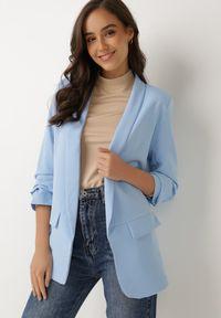 Born2be - Jasnoniebieska Marynarka Alexithise. Okazja: na co dzień. Kolor: niebieski. Materiał: jeans. Wzór: aplikacja. Styl: sportowy, klasyczny, casual