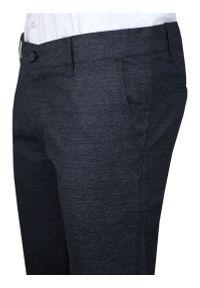 Granatowe Casualowe Spodnie Męskie, Slim Fit -TO-ON- Zwężane, Chinosy, Tłoczony Wzór, Melanżowe. Okazja: na co dzień. Kolor: niebieski. Materiał: bawełna, elastan. Wzór: melanż. Styl: casual